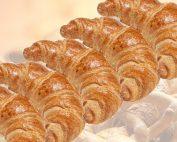 croissants op zondag bij AVIA Tankservice haarhuis in Westerhaar